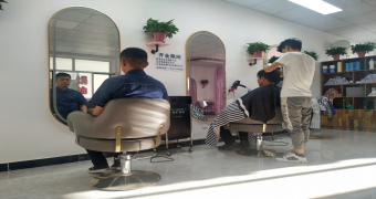 巴拉素煤业公司理发店开张了